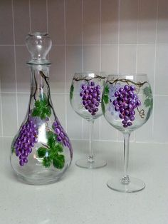 Hand-painted grapes carafe or decanter and wine glasses Grape Painting, Bottle Painting, Diy Wine Glasses, Hand Painted Wine Glasses, Wine Bottle Art, Wine Bottle Crafts, Wine Glass Drawing, Painted Glass Bottles, Globes