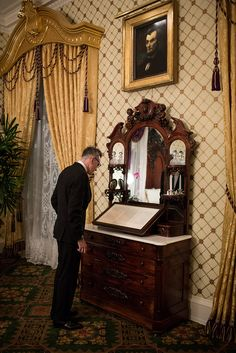 White House photo of Daniel Day Lewis in the Lincoln (office) Bedroom, looking at The Gettysburg Address.            Great history of that room:  http://whitehouse.cspan.org/Video/Historians.aspx              photo by Pete Souza