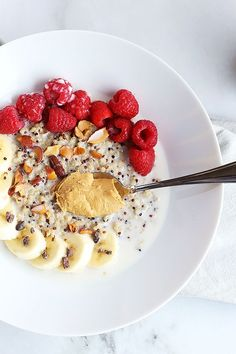 This 7 ingredient superfood quinoa breakfast bowl is SO quick and easy to make and PERFECT for a grab and go breakfast! Topped with raspberries, bananas, nuts and cacao nibs! Green Breakfast Smoothie, Quinoa Breakfast Bowl, Free Breakfast, Gluten Free Recipes For Breakfast, Healthy Dessert Recipes, Healthy Food, Vegan Recipes, Healthy Meals, Yummy Recipes