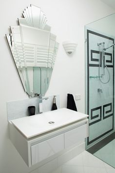 How to Create an Art Deco Contemporary Bathroom It's a trend that re-emerges time and time again, and is an important one if you live in a or home. The Art Deco trend is also making a great comeback this year because Casa Art Deco, Arte Art Deco, Art Deco Tiles, Motif Art Deco, Art Deco Bathroom, Art Deco Mirror, Art Deco Design, Bathroom Mirrors, 1920s Bathroom