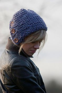 Knitted button hat. Barret de mitja amb botons