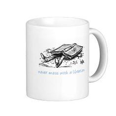 Knoei nooit met een bibliothecaris basic witte mok
