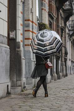 Parapluie cloche, parapluie dome, dome umbrella, birdcage umbrella, rainy outfit, tenue de pluie, le monde du parapluie Birdcage Umbrella, Outfit, Fashion, Rainy Outfit, Black Stripes, Black White, Outfits, Moda, La Mode