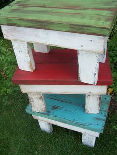 Love these colorful end tables, made of reclaimed pallet wood! - Beyond The Picket Fence