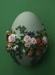 Marlien Brouns-NL-Schwanenei-Porzellan Egg Crafts, Easter Crafts, Diy And Crafts, Arts And Crafts, Quilted Ornaments, Diy Christmas Ornaments, Easter Tree, Easter Eggs, Ostern Wallpaper