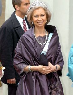 El estilo de Doña Sofía- RevistaDiezminu Queen Silvia, Queen Mary, Queen Elizabeth Ii, Spanish Royalty, Spanish Woman, Estilo Real, Royal Fashion, Adele, Bomber Jacket