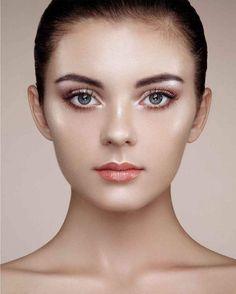 El maquillaje no sólo se utiliza para resaltar tus mejores características, también puede ser utilizado como una forma de cambiar la apariencia de tu cara. Te mostraremos cómo adelgazar tu rostro, mejorar ...