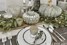 """Mit mystischem Grau, Weiß und matten Grün heißen wir den November willkommen. """"Baby Boo""""-Kürbisse eignen sich besonders gut für eine stimmungsvolle Herbstdeko in hellen, sanften Farben. (Foto und Idee: Rooms for rent)"""