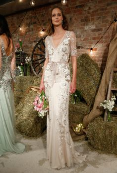 This a beautiful Jenny Packham wedding dress! Luxurious metallic embroidery will add color and texture to your wedding gown!