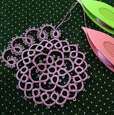 Diy Crafts - I decided to listen to the advice of a good friend and put aside the large NB doily for a while and start on a new piece of tatting. Shuttle Tatting Patterns, Needle Tatting Patterns, Tatting Jewelry, Tatting Lace, Loom Knitting, Knitting Patterns, Needle Tatting Tutorial, Tutorial Crochet, Crochet Doilies