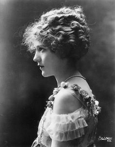 Mary Pickford (Official) - The Mary Pickford Foundation Old Hollywood Glamour, Vintage Hollywood, Classic Hollywood, Belle Epoque, Silent Film Stars, Movie Stars, Vintage Photographs, Vintage Images, Santa Monica