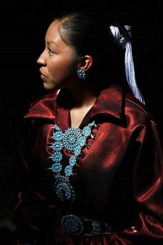 Beautiful Navajo woman with her traditional Navajo hairstyle and turquoise jewelry Native American Warrior, Native American Artwork, Native American Beauty, American Spirit, Native American Indians, Navajo Women, American Indian Girl, Indian Pictures, Indian People