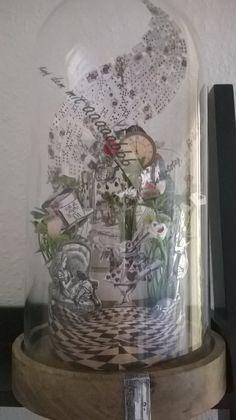 ALICE im WUNDERLAND als bildliche Geschichte unter Glas.   JOHN TENNIEL gab hier den Anreiz. In einem Buch von Alice hat John Tenniel die Zeichnungen angefertigt.