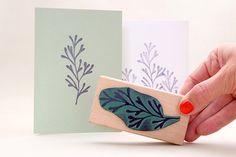 Ein floraler Stempel aus dem Unterwasserreich.  Diese Unterwasserpflanze (Alge) lebt auch im Trockenen sehr gut. Mit der richtigen Stempelfarbe hält sie nicht nur auf Papier, sondern auch auf Stoff und anderen  Umweltfreundlicher Stempel aus ökologischem Stempelgummi, bestehend aus 100% nachwachsenden Rohstoffen. Die Holzklötzchen werden aus unbehandeltem Buchenholz gefertigt. Zur besseren Handhabung sind die Ecken abgerundet.  Maße: je 100 x 50 x 25 mm (Holz), je ca. 85 x 40 mm (Motiv)  ⁘ ⁘…