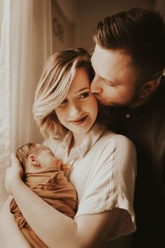 Lifestyle newborn session - Check more at Newborn Family Pictures, Newborn Baby Photos, Baby Poses, Baby Newborn, New Born Family Photos, New Born Photo Ideas, Newborn Sibling, Baby Baby, Foto Newborn
