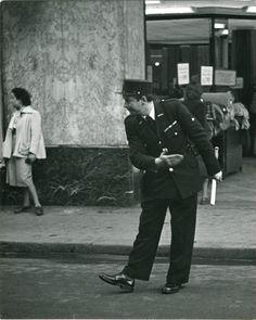 Quand la police municipale en képi faisait la circulation à force de  révérences... / By Robert Doisneau.
