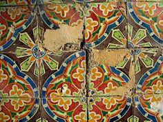 Beautiful tile pattern! Trago no bolso os meus tesouros: by César Augusto, via Flickr