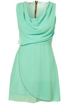 Amo éste color y el vestido es precioso.