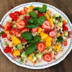 Bulgursalat med jordbær, mango og spekeskinke
