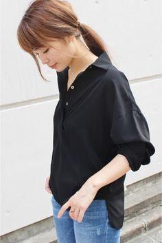 ドルマンスリーブエフォートレスシャツ  ドルマンスリーブエフォートレスシャツ 18360 2016AW FIGARO paris こなれ感のあるスキッパータイプのシャツ ゆったりとリラックスしたシルエットでありながら鎖骨が美しく見えるデコルテラインに女性らしさが感じられる1着です 程よい光沢がある素材でトレンドのとろみ感が今年らしく決まります パンツにもスカートにも合わせやすくオフィスシーンでも活躍してくれます 取り扱いについては商品についている品質表示でご確認ください 店頭及び屋外での撮影画像は光の当たり具合で色味が違って見える場合があります 商品の色味はスタジオ撮影の画像をご参照ください ブラックホワイトネイビー着用スタッフ身長166cm 着用サイズ38 スタジオ着用スタッフ身長:166cm 着用サイズ:38