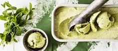 Minttu-avokadojäätelö valmistuu helposti ilman jäätelökonetta. Avokado, minttu ja limetti ovat jäätelön raikas makutrio. Noin 1,20€/annos.