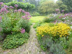 Weelderige tuinen met prachtige bloeiende planten.