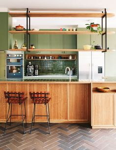 45 Modern Mid Century Kitchen Design Ideas For Inspiration. These days kitchen décor comes in all colors, sizes and eras. The newest trend in kitchens today is the retro kitchen design look. Regal Design, Küchen Design, Home Design, Kitchen Cabinet Design, Modern Kitchen Design, Modern House Design, Modern Retro Kitchen, Retro Kitchens, 1950s Kitchen