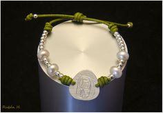 Pulsera medalla Virgen plata perlas y cuero verde. Joyería artesanal personalizada