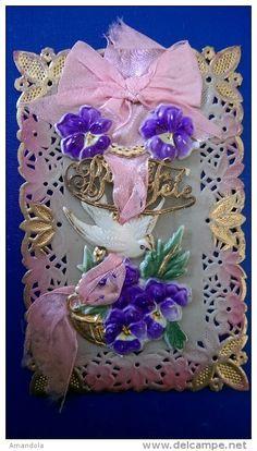 Très belle carte postale ancienne en celluloid motif dentelle colombe pensées fleurs panier rubans