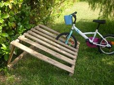 8 DIY Pallet Projects with Instructions - PALLET BICYCLE RACK