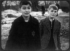 Auf dem Lagergelände filmt die Kamera zwei Jungen, die kleine Kohlebriketts in Eimer schaufeln. Sie laufen, einander zulächelnd, jeder mit zwei Kohleneimern in den Händen, auf die Kamera zu. Die Jungen sind etwa im Alter von vierzehn bis fünfzehn Jahren. Rechts im Bild Leo Chaba, geboren 1927 in Dresden. Er wurde mit seinen Eltern Chaim und Slava, geborene Eltermann, höchstwahrscheinlich unmittelbar nach Ankunft am 3. März 1943 in Auschwitz-Birkenau ermordet.