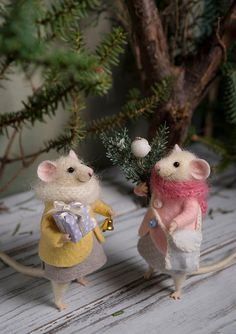 Needle Felted mouse Woolen mouse Christmas by MollyDollyNatural Needle Felted Animals, Felt Animals, Needle Felting, 50 Diy Christmas Decorations, Tiny Gifts, Felt Mouse, Cute Mouse, Felt Christmas, Christmas Friends