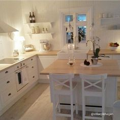 Supertolle, weiße Landhausküche // juste jadore, jadore les lampes, la fausse fenetre et ce blanc reposant! Ikea Kitchen, Kitchen Interior, Room Interior, Kitchen Decor, Interior Design, Island Kitchen, Küchen Design, House Design, Norwegian House