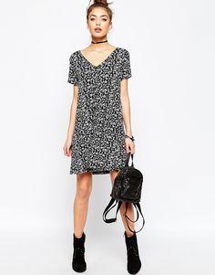 Bild 4 von ASOS – Ausgestelltes Kleid mit Knopfleiste mit schwarz-weißem Blumenprint
