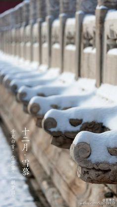 2015.12.9 旅者志(旅者志) 【中国风】十二月•雪慕——已经开始期待和你再次重逢。风停雪驻,雾散云开。攒了一夜的雪,蓬松的一层,铺满一座城,映衬着朝阳的温暖和霁空的清冽。