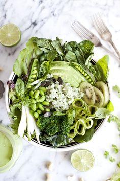 Bol vert de printemps et sauce crémeuse cajou,coriandre et lime