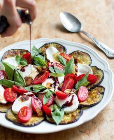 Eggplant Caprese Salad With Fried Garlic & Balsamic (Eat Drink Paleo) Salad Recipes Low Carb, Summer Salad Recipes, Summer Salads, Healthy Recipes, Fast Recipes, Keto Recipes, Poulet Caprese, Zucchini Aubergine, Grilled Eggplant