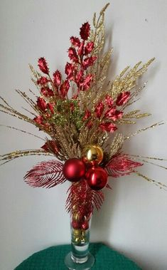 Budget Friendly Christmas Decorations - Hike n Dip Diy Christmas Tree Topper, Red Christmas Ornaments, Noel Christmas, Christmas Wreaths, Retro Christmas, Christmas Flower Arrangements, Christmas Table Centerpieces, Xmas Decorations, Floral Arrangements