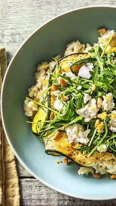 Lemon risotto with buffalo mozzarella pine nuts, courgette .- Lemon risotto with buffalo mozzarella, pine nuts, oven zucchini and arugula - Veggie Recipes, Vegetarian Recipes, Cooking Recipes, Healthy Recipes, Plats Healthy, Hello Fresh Recipes, Buffalo Mozzarella, Clean Eating, Healthy Eating