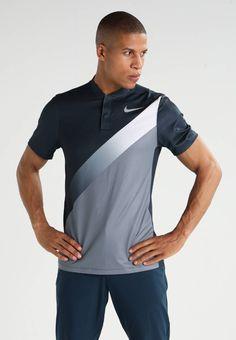 Nike Golf. DRY SLIM FIT - Sportshirt - armory navy/cool grey/white. Materiaal buitenlaag:91% polyester, 9% elastaan. Halslijn:henleykraag. materiaalverwerking:jersey. Totale lengte:71 cm bij maat M. Mouwlengte:korte mouwen. Lichaamslengte model:Ons model is 188 cm ...