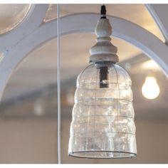 Lampa Mazine to lampa wykonana w stylu prowansalskim, umieszczona na drewnianej podstawie z subtelnie wykonanymi przetarciami. Klosz lampy jest gruby – wykonano go z białego szkła. Całość prezentuje się klimatycznie i uroczo. Polecamy także inne lampy prowansalskie!