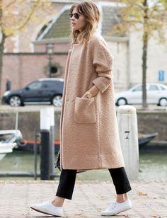 Manteau chic beige rosé + pantalon noir 7/8 + baskets blanches = le bon mix (manteau Ganni - blog Fash'n'Chips)