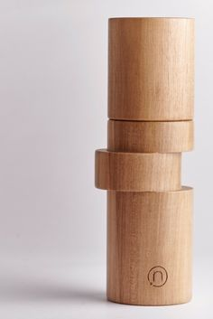 Anti conformist design peppermill, OFF-AXIS by neotus. Pepper mills used to be symmetrical until today. Discover the OFF-AXIS collection on neotus.