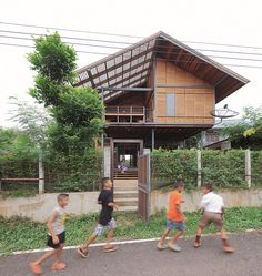 """บ้านไทยอีสานในรูปแบบสมัยใหม่ที่กลมกลืนไปกับบริบทของสิ่งแวดล้อมแบบชนบท ของคุณปิแอร์ เวอร์เมียร์ ที่อยู่เมืองไทยมาได้ 6 ปีแล้ว จึงคุ้นเคยกับวิถีแบบไทยและติดใจในความเป็น """"บ้านนอกที่อบอุ่น"""" ในจังหวัดอุดรธานีแห่งนี้ ที่ตั้งของบ้านนี้คือบริเวณบ้านเดิมของ คุณนิตยา สำแดง คู่รักของคุณปิแอร์ เมื่อถึงเวลาต้องปรับปรุงบ้าน จึงถือโอกาสสร้างใหม่ทั้งหลังเสียเลยโดยมี คุณเล็ก – กรรณิการ์ รัตนปรีดากุล รับหน้าที่ออกแบบ"""