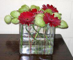 Bloemen schikken volgens kleur en glas bezorgen de bloemstukken mooie effecten en sfeer