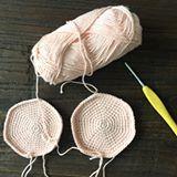 Når man bruger to forskellige størrelser hæklenåle  #deterenommer!  . . . . . . #hækl #hygge #hækling #hæklet #hæklenål #craft #crochet #crochetgear #crochetgeek #crochetlover #crochetaddict #crochetoninsta #yarn #yarnporn #yarngeek #yarnlover #yarnaddict #yarnforever #zigzag #garn #garnelsker #crochetoninsta #crochetfaster #crochetterofinstagram #crochetofinstagram #hækler #kreamania