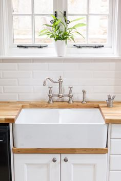 A double Belfast sink is the ideal choice for this classic country kitchen. The white ceramic perfectly complements the Traditional frontals painted in Farrow & Ball's All White. Satin nickel tap fixtures and oak worktops with drainage grooves provide the perfect finishing touch. http://www.solidwoodkitchencabinets.co.uk/sinks