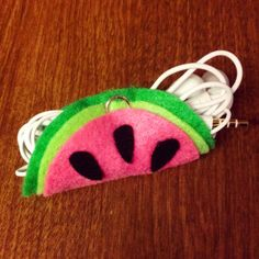 Watermelon Crafts - DIY Watermelon Headphone Holder- Easy DIY Ideas With Watermelons - Cute Craft Projects That Make Cool DIY Gifts - Wall Decor, Bedroom Art, Jewelry Idea Earbud Holder Diy, Headphone Holder, Earphone Case, Cute Crafts, Felt Crafts, Watermelon Crafts, Diy Headphones, Craft Projects, Sewing Projects