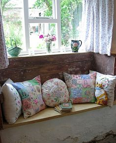 A little shabby cottage nook/window seat. Cocina Shabby Chic, Shabby Chic Kitchen, Shabby Cottage, Cottage Chic, Cottage Style, Shabby Bedroom, Rustic Cottage, Bedroom Decor, Cottage Windows