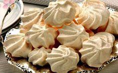Como fazer suspiro caseiro - Bolsa de Mulher Köstliche Desserts, Delicious Desserts, Fudge, Sweet Recipes, Snack Recipes, Bakers Gonna Bake, Peanut Brittle, Portuguese Recipes, Pavlova